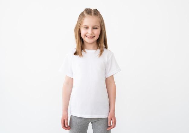 Glimlachend meisje poseren in lege witte tshirt