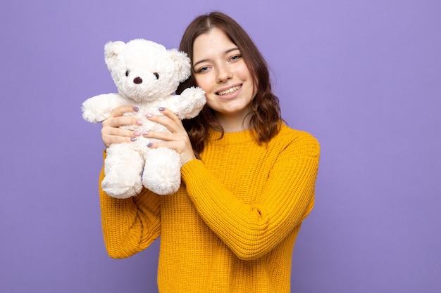 Glimlachend mooi jong meisje met teddybeer