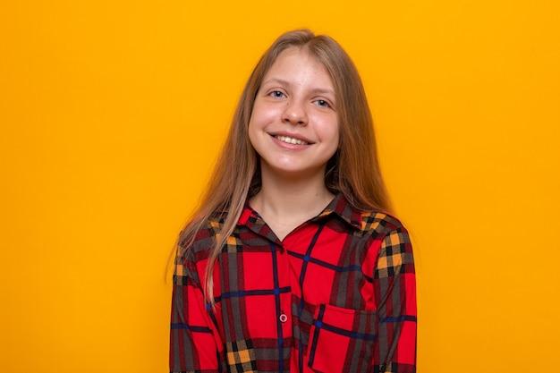 Glimlachend mooi meisje dat een rood shirt draagt