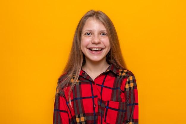 Glimlachend mooi meisje dat geruit overhemd draagt