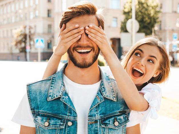 Glimlachend mooi meisje en haar knappe hipster vriendje.