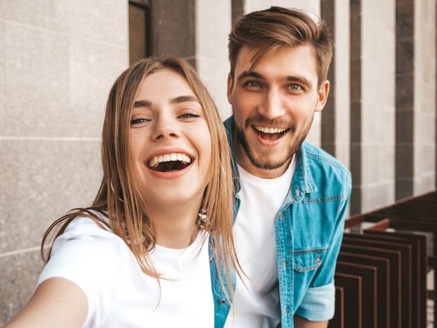 Glimlachend mooi meisje en haar knappe vriendje in casual zomer kleding.