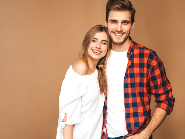 Glimlachend mooi meisje en haar knappe vriendje lachen.
