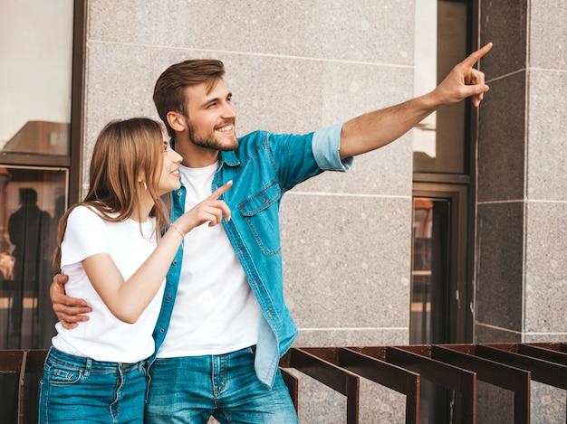 Glimlachend mooi meisje en haar knappe vriendje. vrouw in casual zomer jeans kleding.