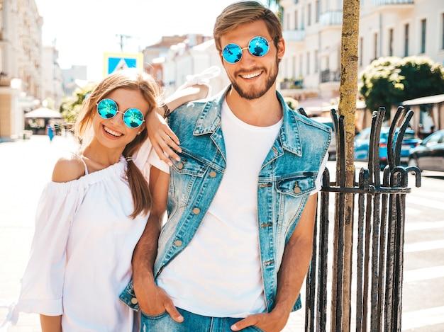 Glimlachend mooi meisje en haar knappe vriendje wandelen in de straat.