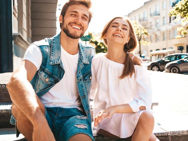 Glimlachend mooi meisje en haar knappe vriendje.