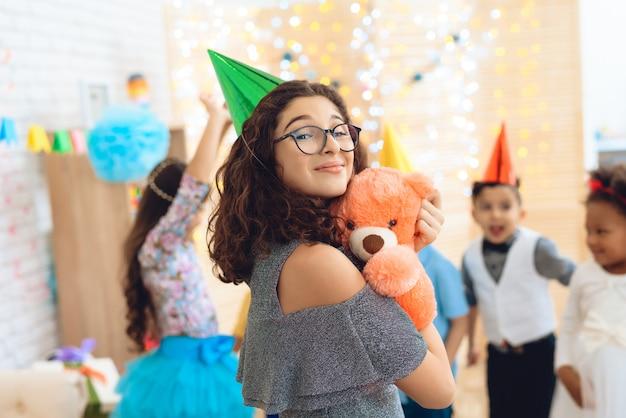 Glimlachend mooi meisje in groene feestelijke hoed.