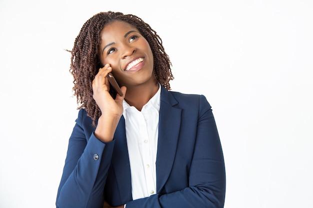 Glimlachend opgewonden professional praten op mobiele telefoon