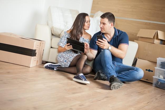 Glimlachend paar dat nieuwe meubels voor hun huis koopt. paar ontspannen in hun nieuwe huis