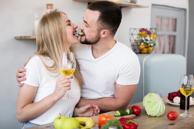 Glimlachend paar dat samen kookt