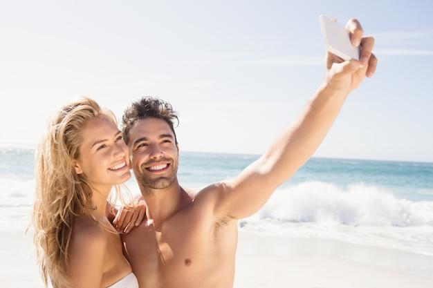 Glimlachend paar dat selfie neemt