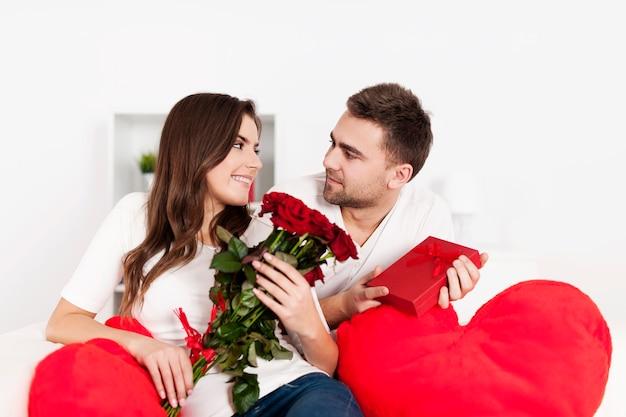 Glimlachend paar dat valentijnsdag viert