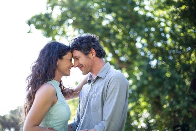 Glimlachend paar dat zich in park bevindt