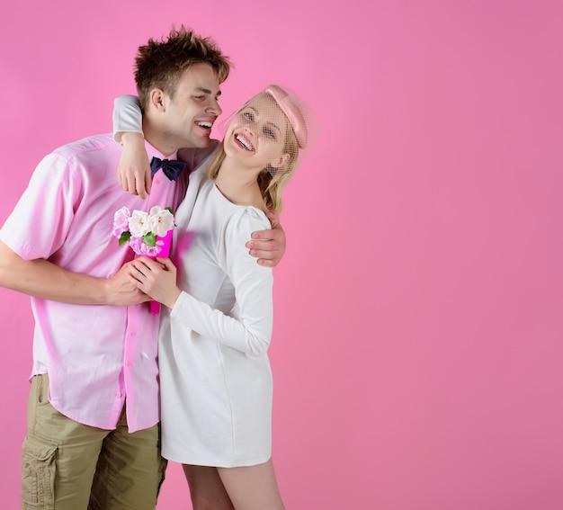 Glimlachend paar date gelukkig paar knuffelen relatie en familie concept vrouw met bloem op date