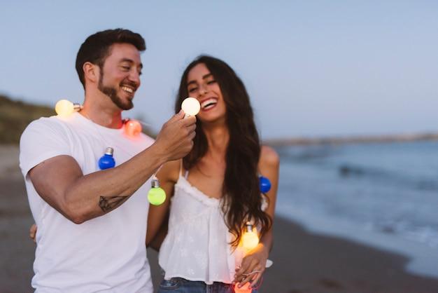 Glimlachend paar met lichte snaar