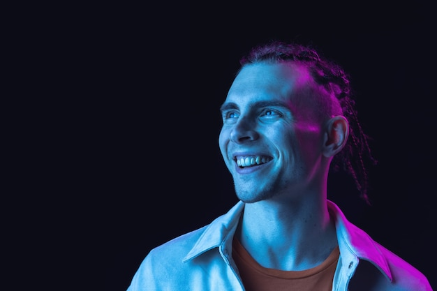 Glimlachend. portret van een blanke jongeman. knap mannelijk model in casual stijl.