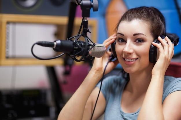 Glimlachend radiopresentator poseren