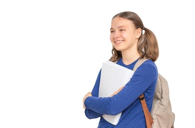 Glimlachend schoolmeisje met voorbeeldenboeken geïsoleerd op een witte achtergrond onderwijs concept