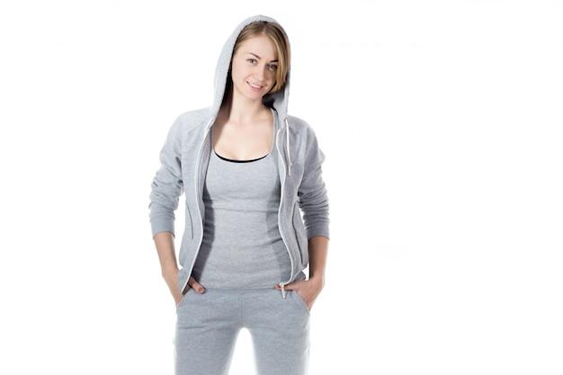 Glimlachend sportvrouw met sweatshirt