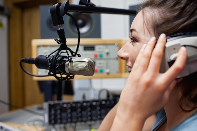 Glimlachend spreken van een radiopresentator