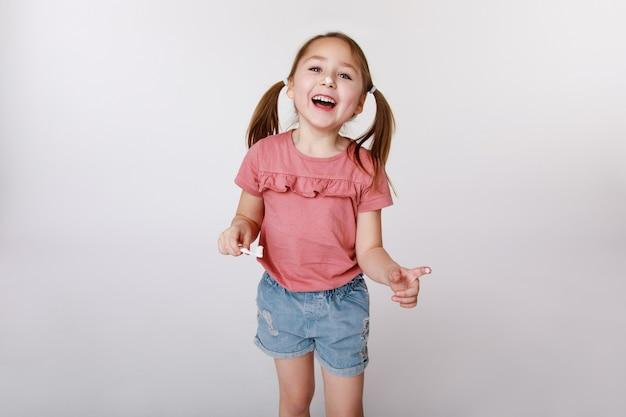 Glimlachend tevreden meisje tijdens het tandenpoetsen