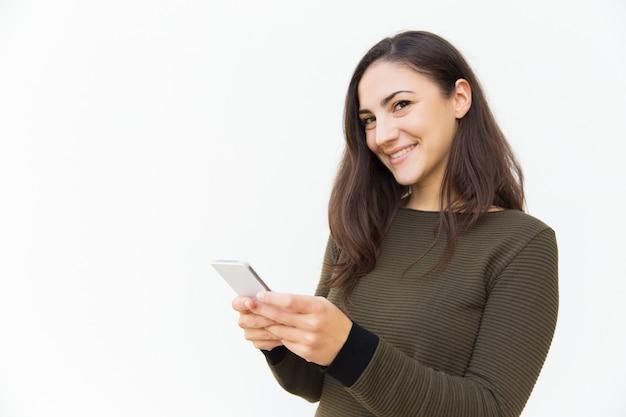 Glimlachend tevreden sms-bericht van de gsm-gebruiker