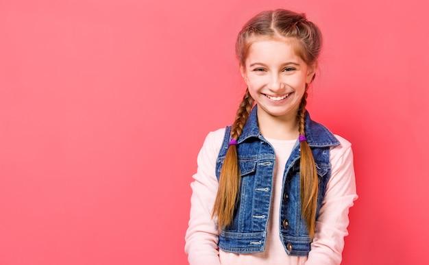 Glimlachend tienermeisje met gevlecht haar
