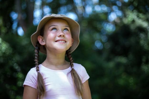 Glimlachend verrast meisje dat omhoog kijkt