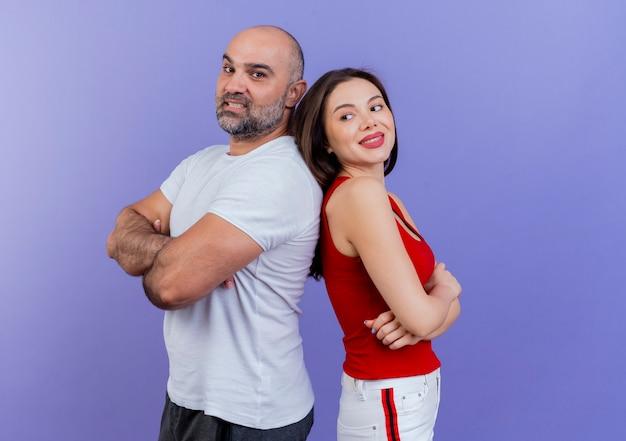 Glimlachend volwassen paar dat zich met gesloten houding in profielmening bevindt rijtjes