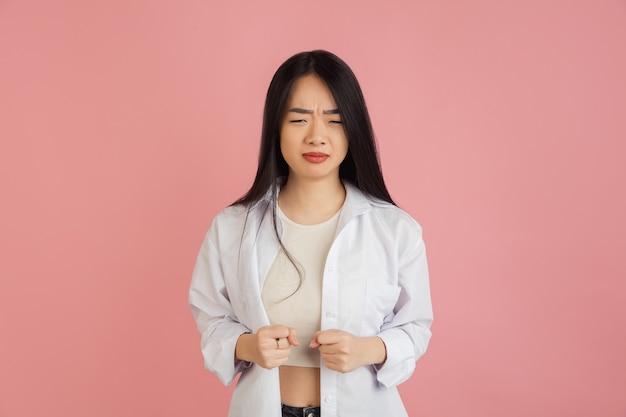 Glimlachend, vrolijk. het portret van de aziatische jonge vrouw. mooi vrouwelijk model in casual stijl.