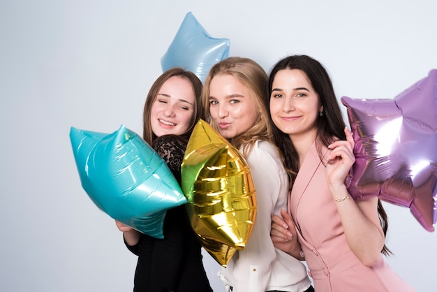 Glimlachend wijfje met ballons