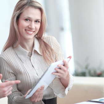 Glimlachend zakenpaar dat het digitale tabletscherm bekijkt