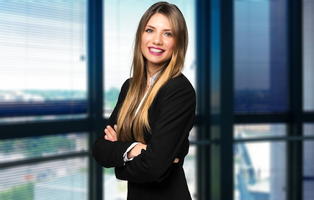 Glimlachend zakenvrouw portret in een modern kantoor