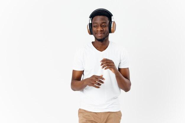 Glimlachende afrikaanse man met koptelefoon muziek entertainment
