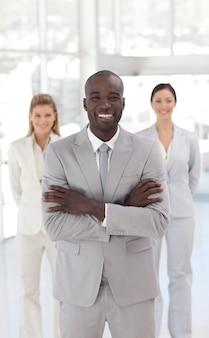 Glimlachende afro-amerikaanse manager met zijn team