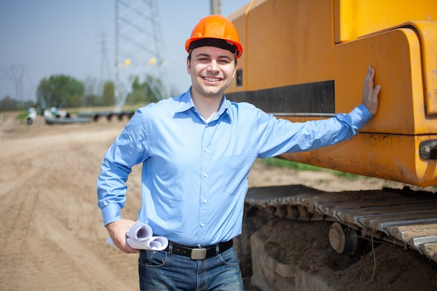 Glimlachende architect op een bouwplaats