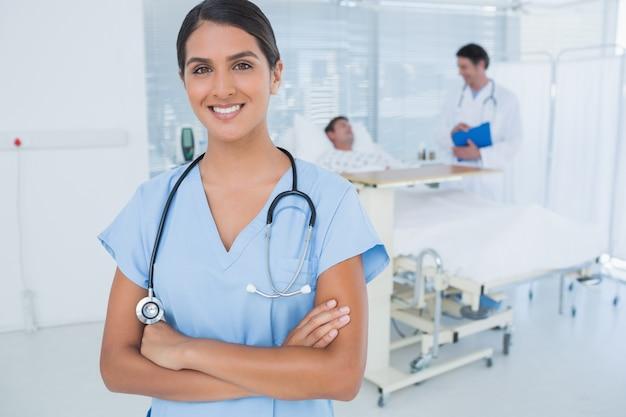 Glimlachende arts die camera bekijkt