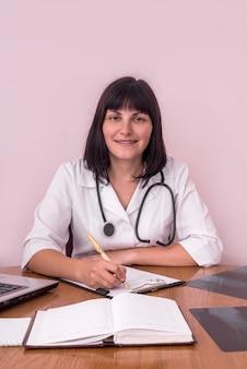 Glimlachende arts op de werkplek met xrays van patiënten