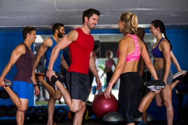 Glimlachende atleten die zich op één been bevinden