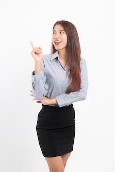 Glimlachende aziatische bedrijfsvrouw en wijzende vinger.