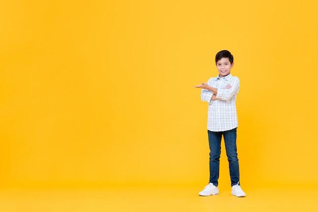 Glimlachende aziatische jongen die wapens gekruist gebaar met open palm doet