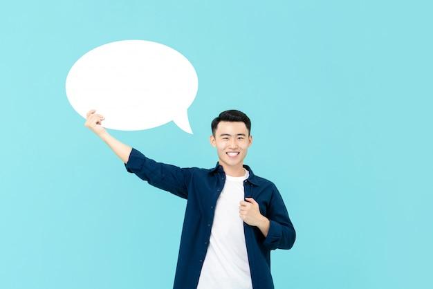 Glimlachende aziatische mens die lege toespraakbel houden