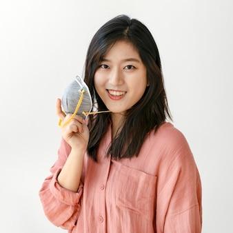 Glimlachende aziatische vrouw met een gezichtsmasker