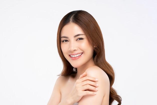 Glimlachende aziatische vrouw voor schoonheid en huidverzorgingsconcepten