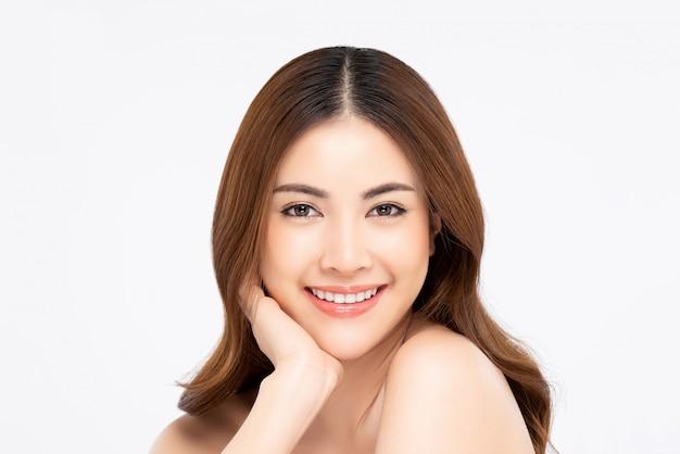Glimlachende aziatische vrouw voor schoonheid en huidzorgconcepten