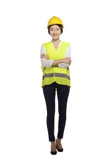 Glimlachende aziatische vrouwenarbeider met bouwvakker