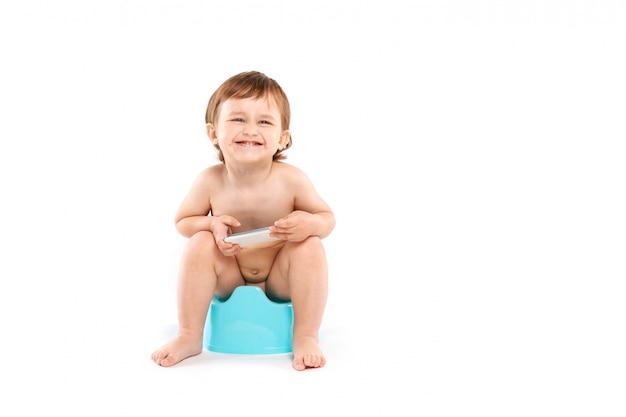 Glimlachende baby met een telefoon op het onbenullige