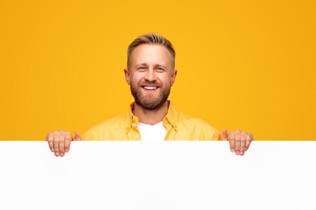 Glimlachende bebaarde man met lege bordje