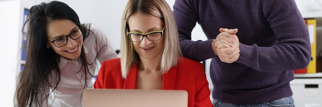 Glimlachende bedrijfsmensen die laptop close-up onderzoeken