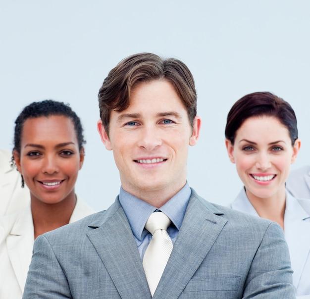 Glimlachende bedrijfsmensen die zich met gevouwen wapens bevinden